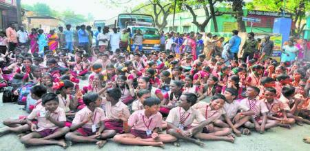 ELEMENTARY SCHOOL STUDENTS PROTEST