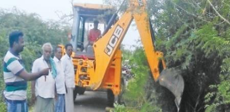 A VILLAGE PEOPLES ARE DO A WORK OF TO REMOVE UNUSUAL TREE