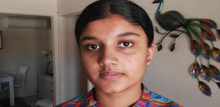 in Australia a Indian girl student pan for  Mukkutti  Wearing
