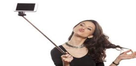 model sparks outrage by posting selfies with the corpses of her father