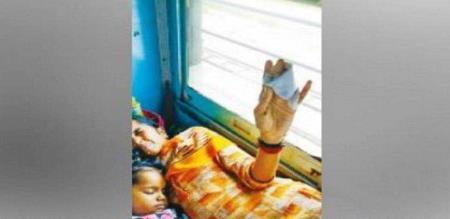 in cudallore cholan express train girl finger cut