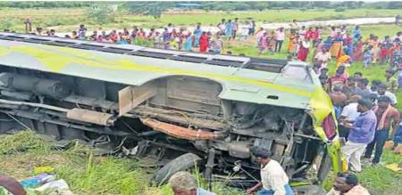 Bus topples in roadside ditch