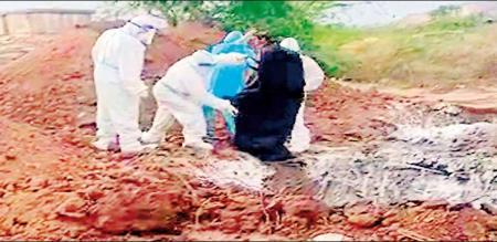 Karnataka Ballari corona died patients body throw by workers