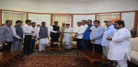 Maharashtra CM fatnawis resigned his post with his ministry