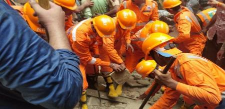 in Mumbai dangori building collapse 2 peoples died 40 trapped under collapsed building