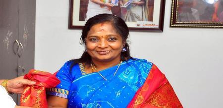 tamilisai soundarajan meets priyanka reddy family